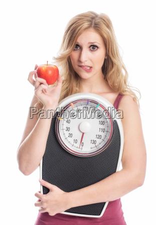 kobieta z waga i jablko